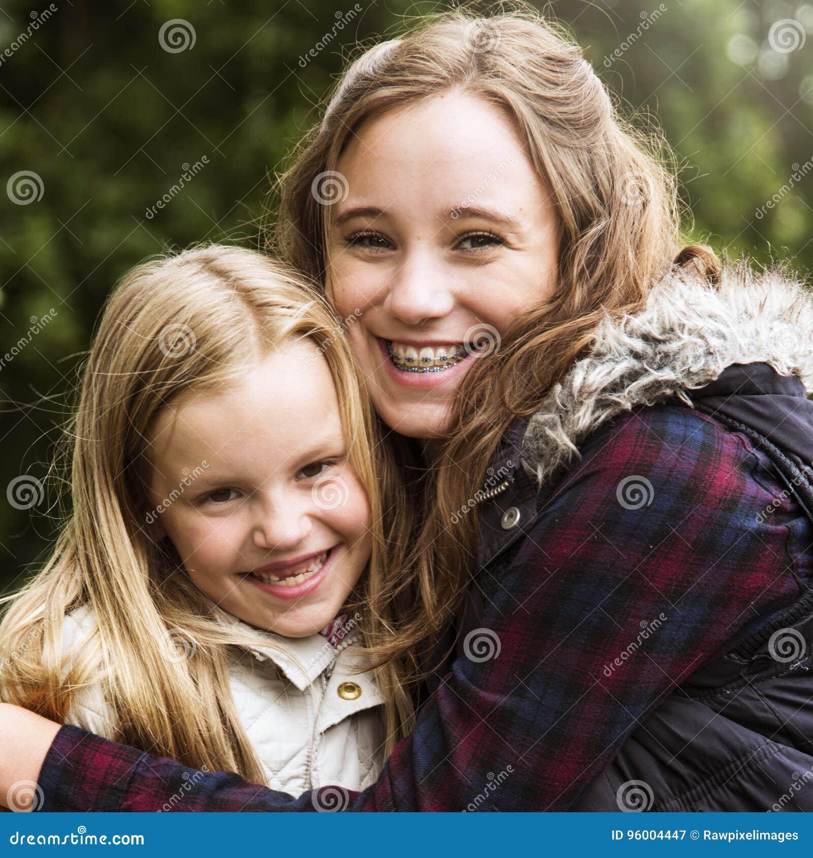 Sorella concetto delle ragazze di Hug Togetherness Outdoors