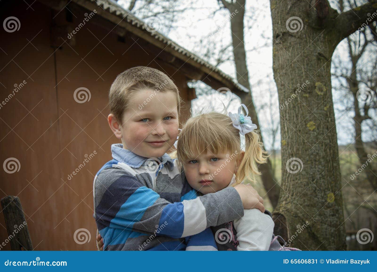 Sorella del fratello che abbraccia nel villaggio