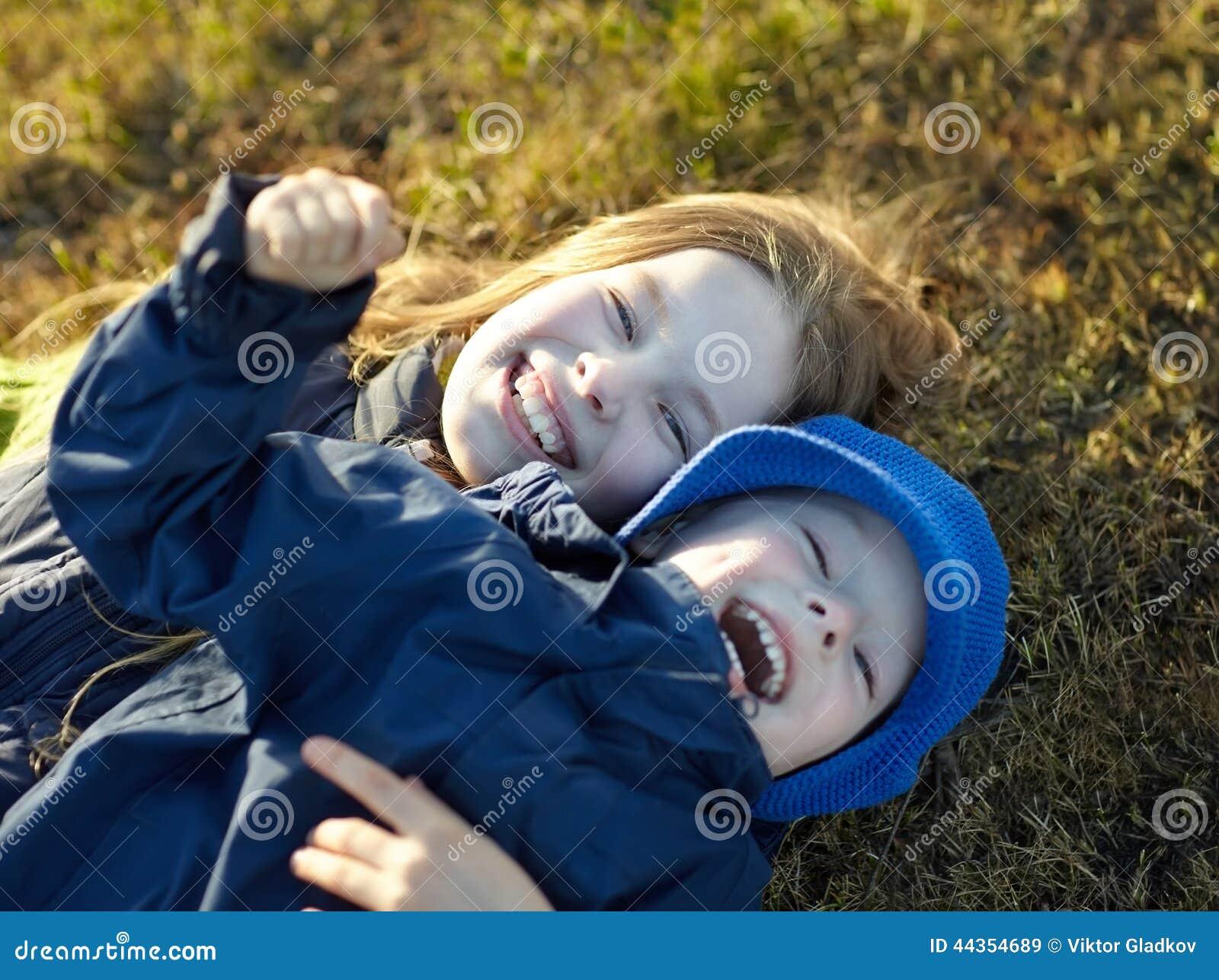 Sorella e fratello felici