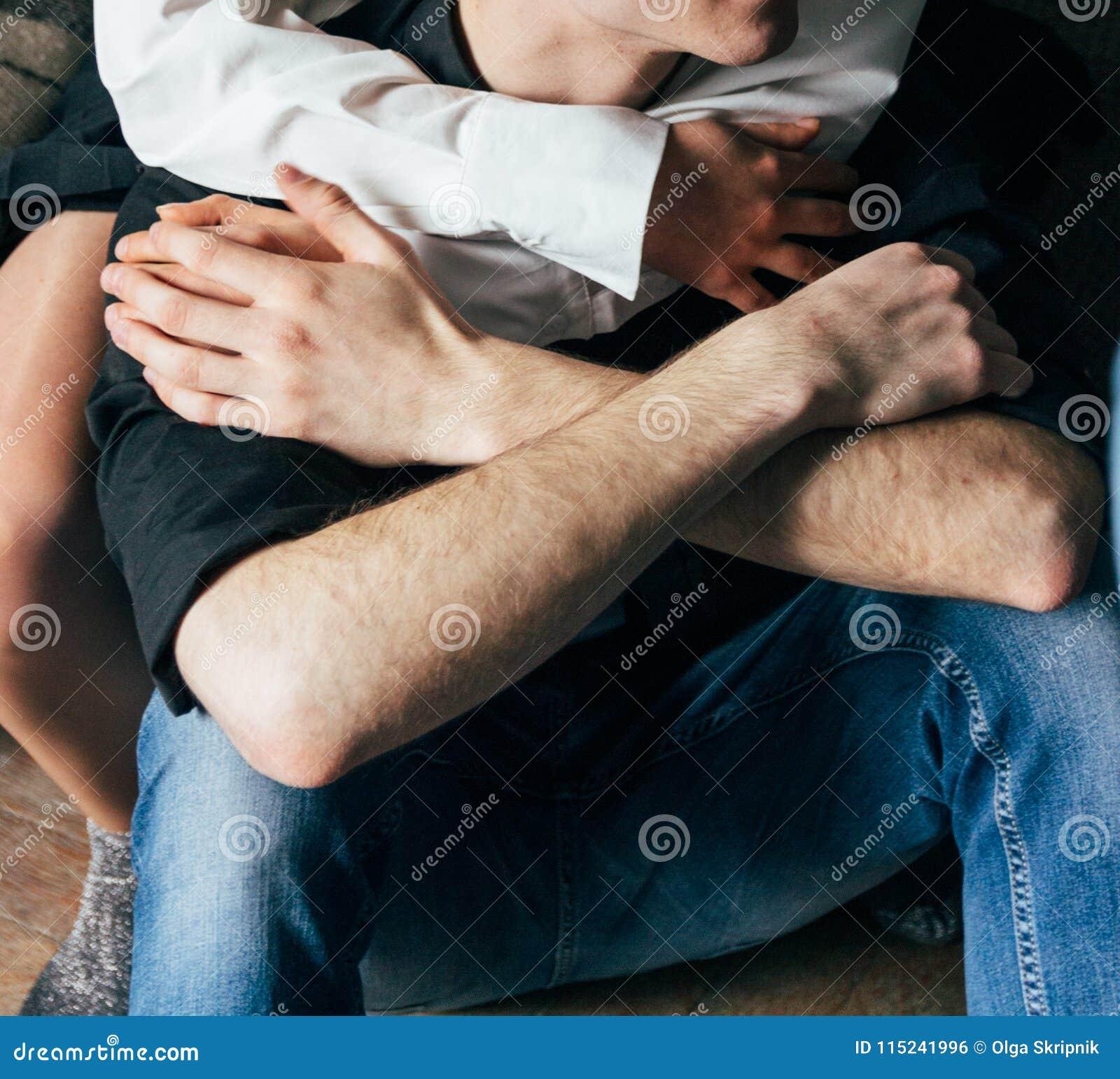 Sorelle che tengono le mani Gli amanti coppia tenersi per mano in una stanza Nikon D200 hug