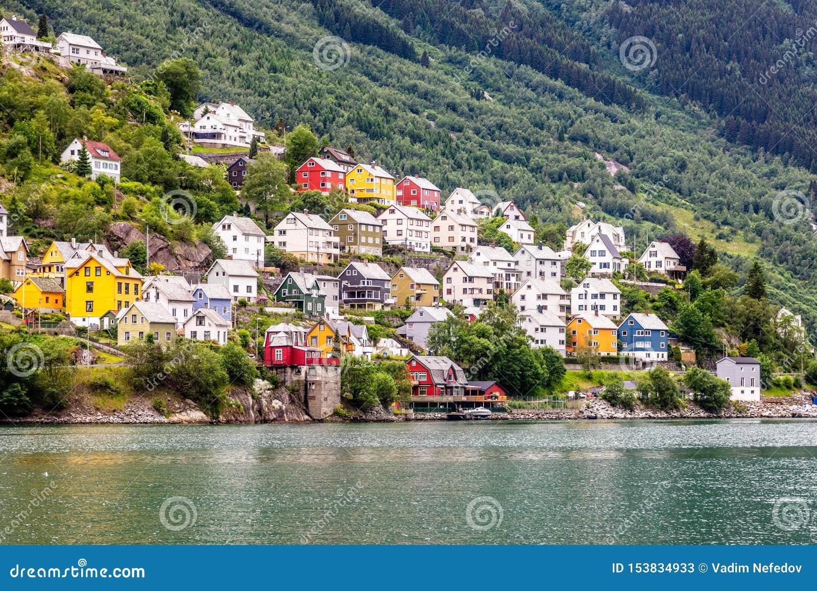 Sorfjord,奥达,霍达兰县,挪威小山的五颜六色的挪威住宅房子