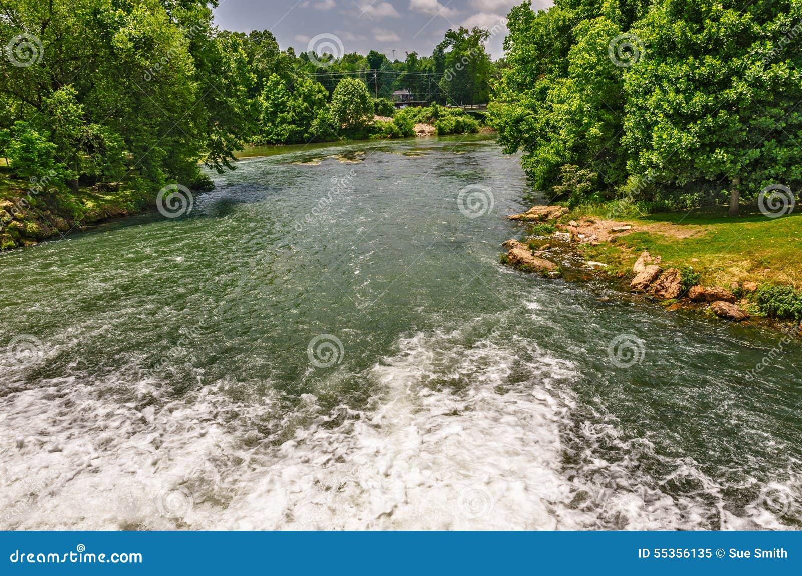 Sorgente del fiume della primavera