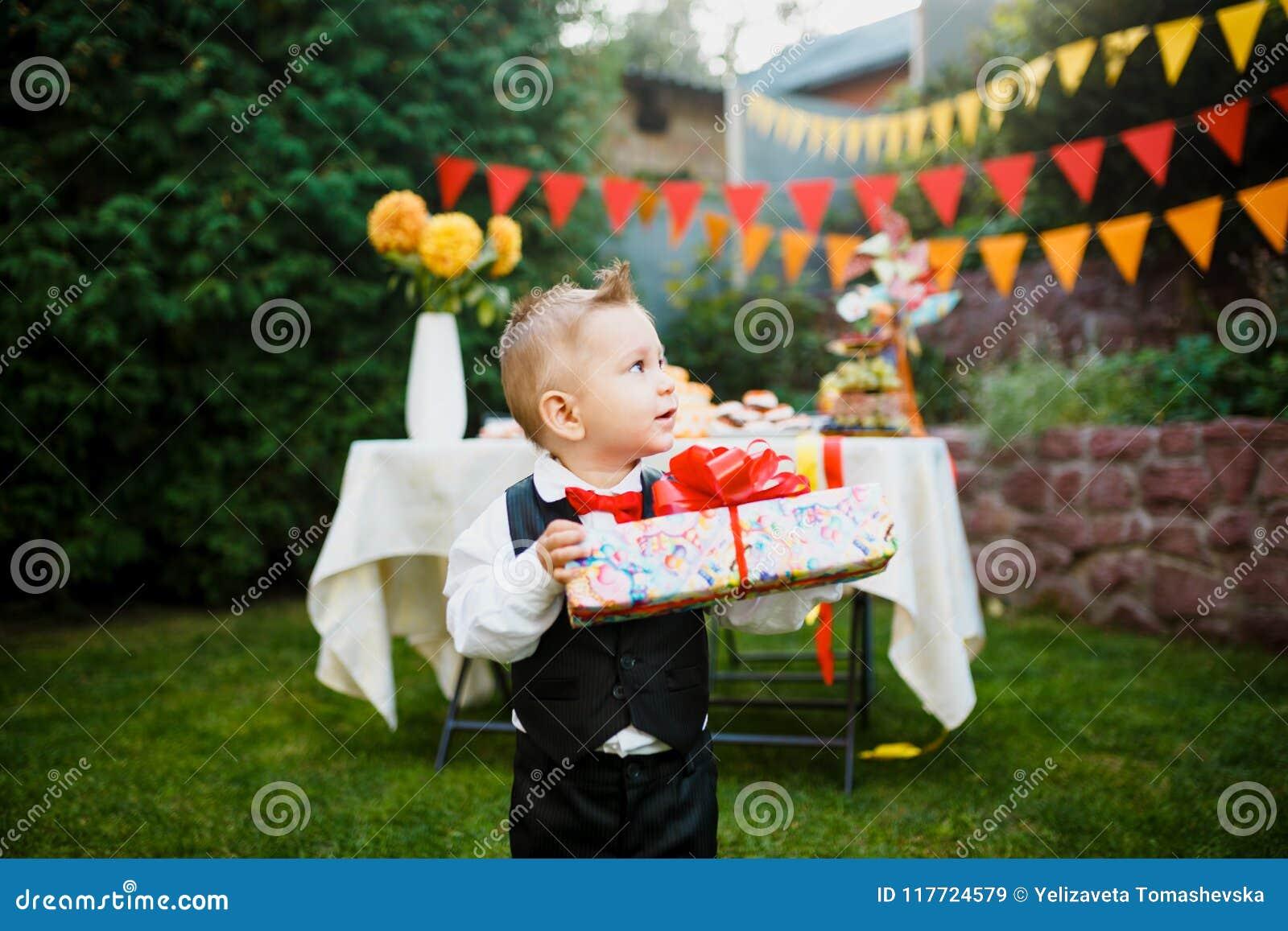 Sorprese Per Un Compleanno sorpresa per il compleanno il ragazzo sta tenendo una