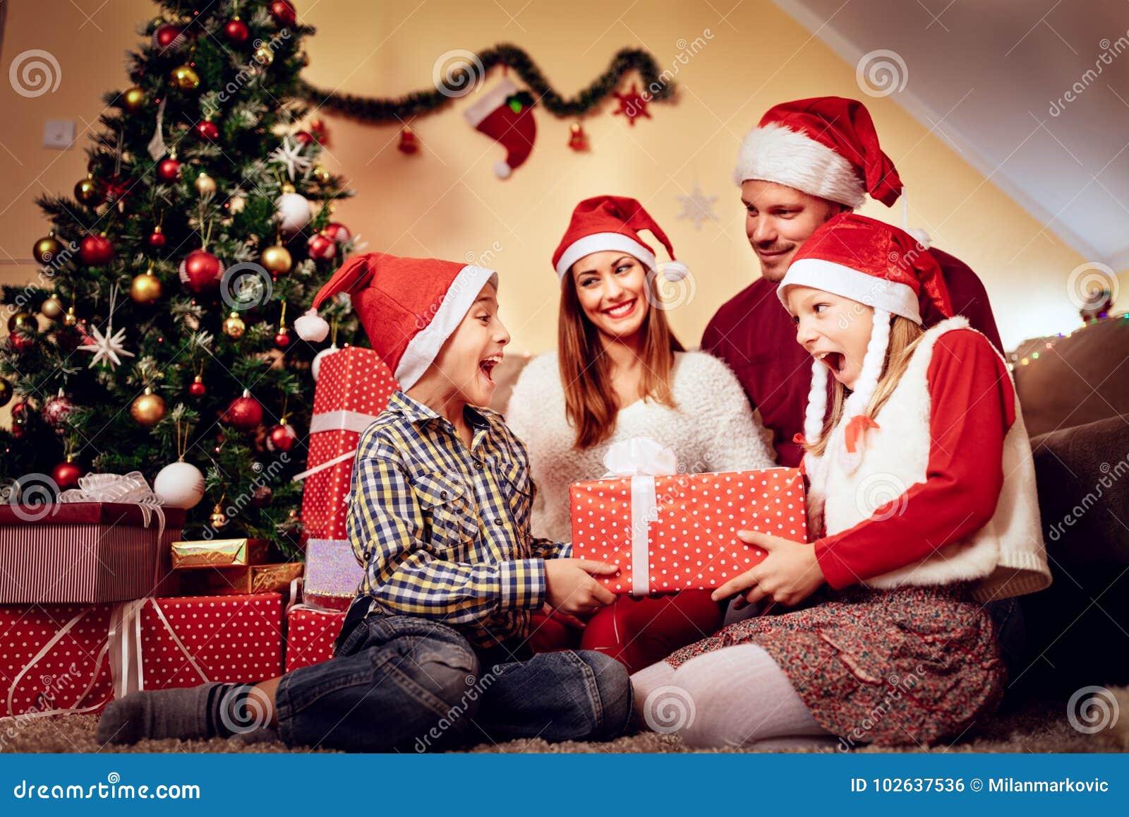 Regali Di Natale Per Mia Sorella.Sorpresa Per Mia Sorella Fotografia Stock Immagine Di Bello 102637536