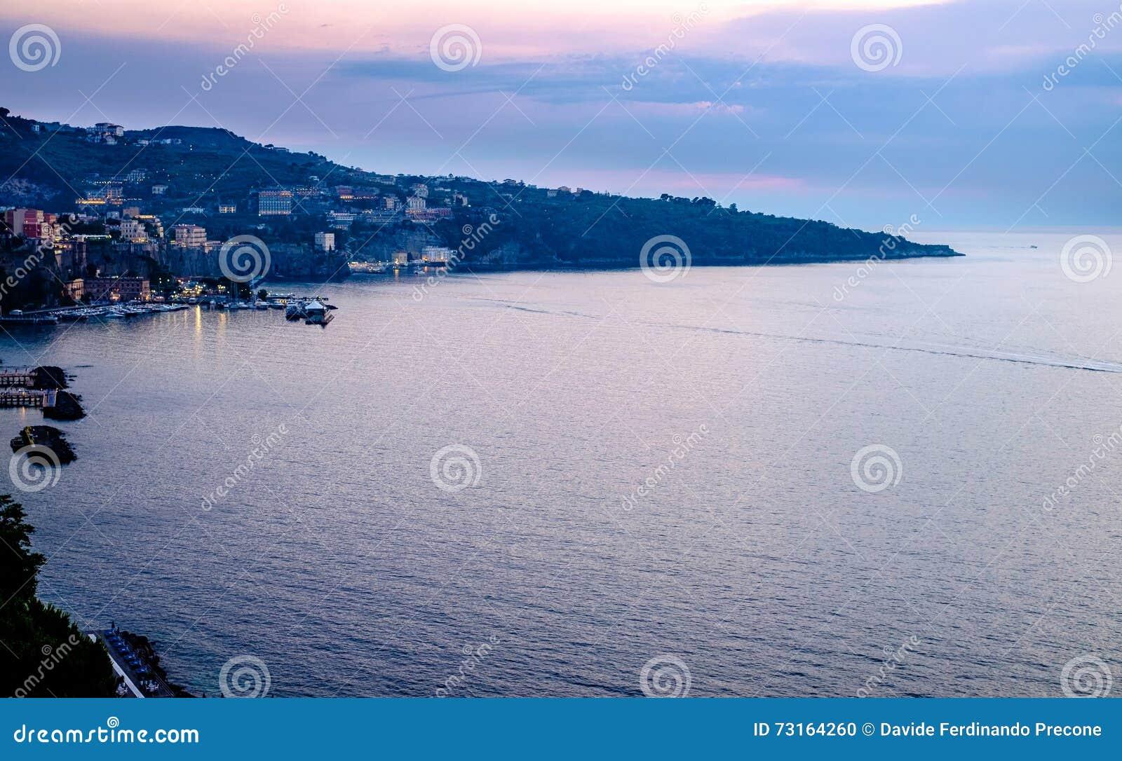 Sorrento zmierzchu panorama, morze śródziemnomorskie Włochy