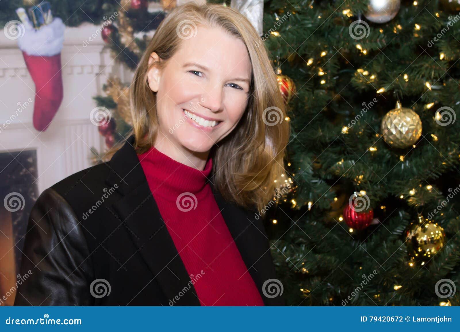 Sorridere femminile biondo nella scena di festa