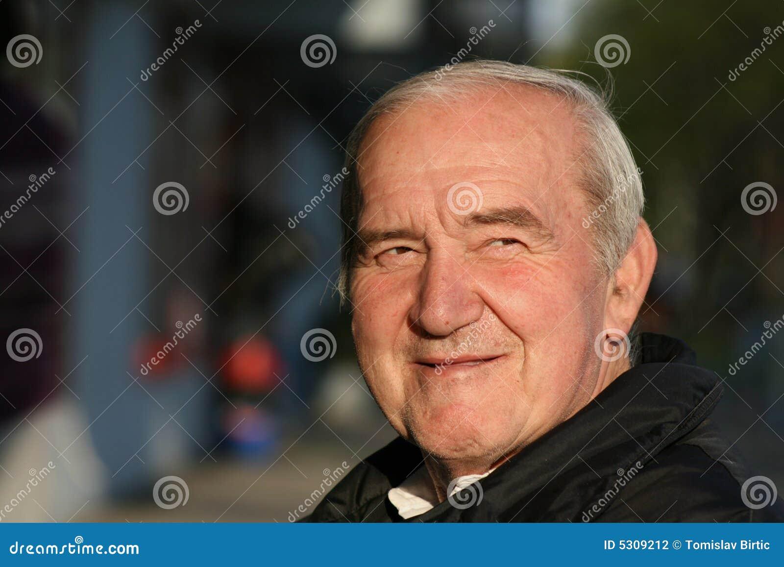 Download Sorridere Pensionato Dell'uomo Fotografia Stock - Immagine di capelli, sorridere: 5309212
