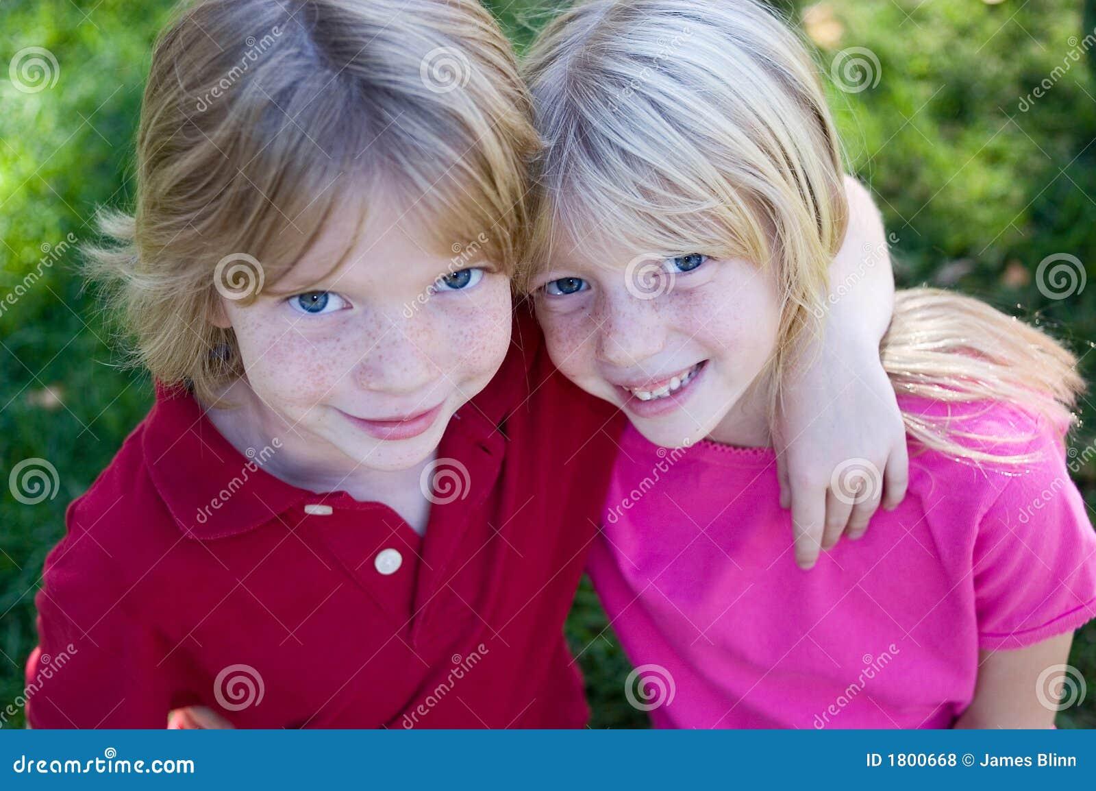 Sorrindo gêmeos