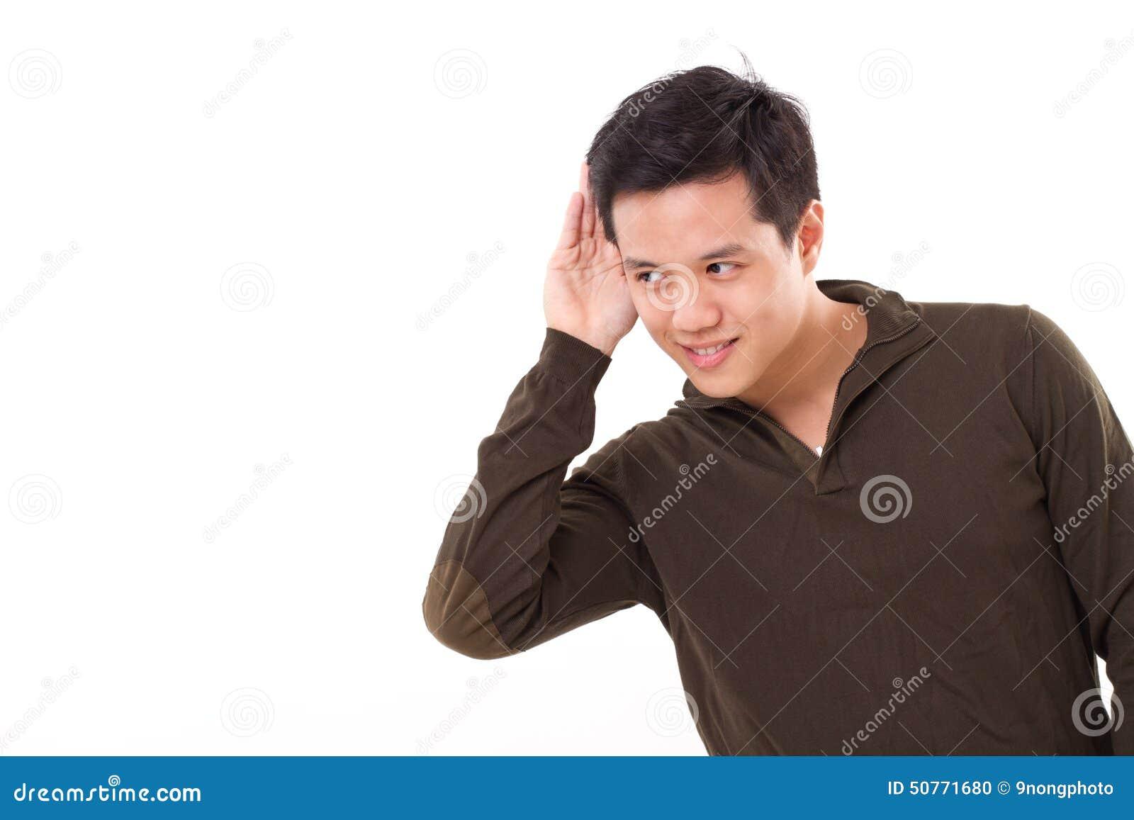 Sorrindo, homem feliz que escuta a boa notícia, tiro do estúdio
