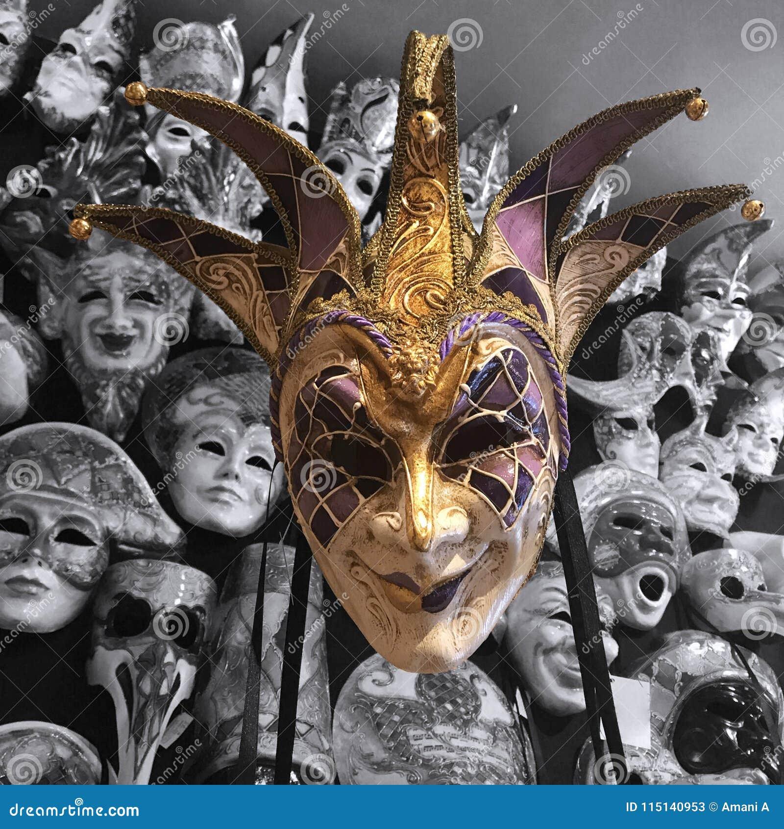 Sorrindo a máscara do disfarce