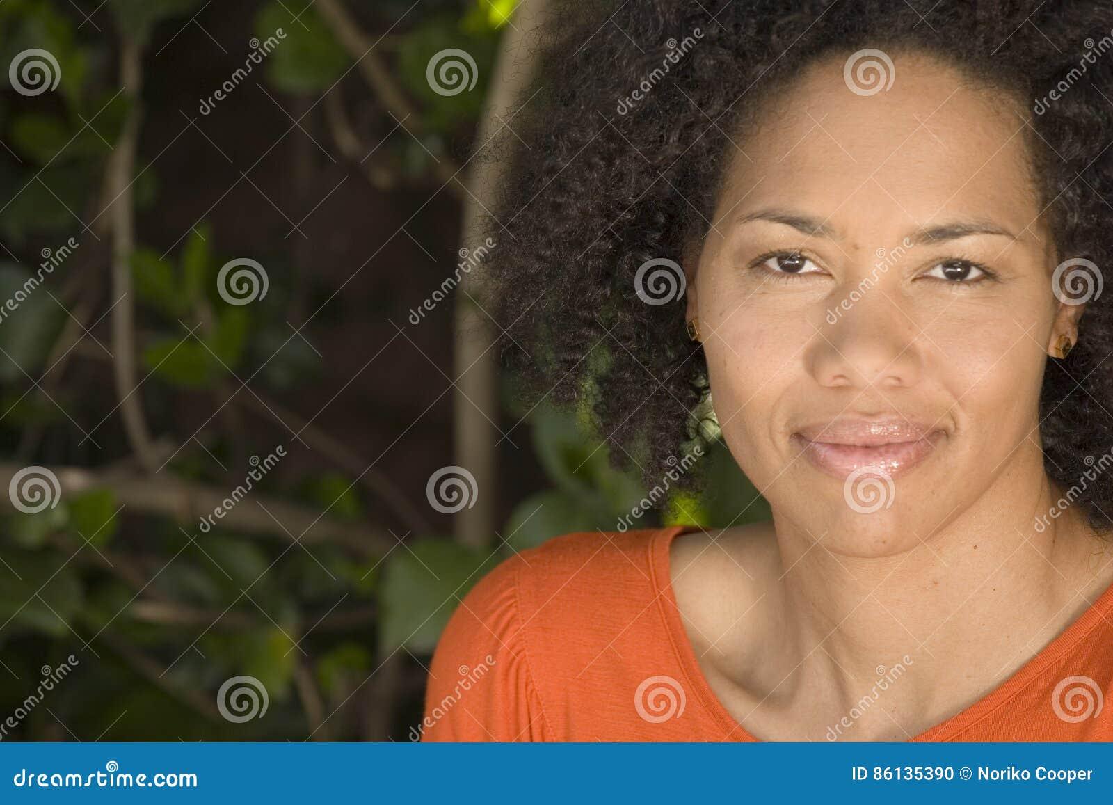 Sorriso afro-americano da mulher segura feliz