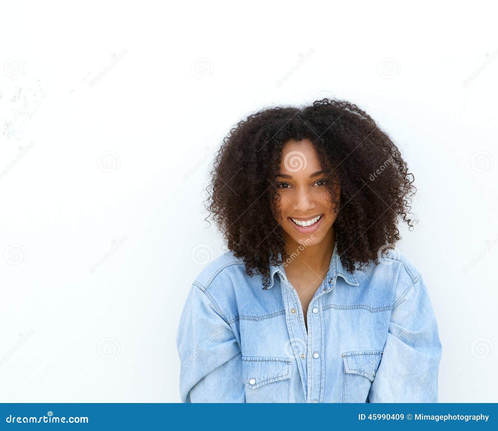 Sorriso afro-americano novo feliz da mulher