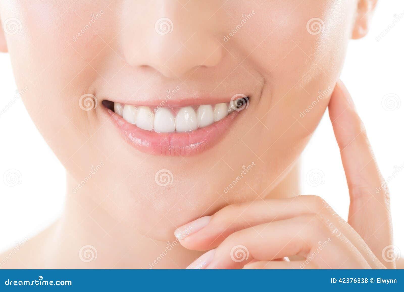 Sorriso asiatico della donna