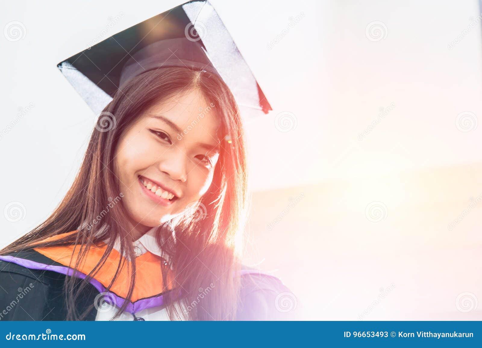 Sorriso bonito asiático da graduação do retrato das mulheres feliz