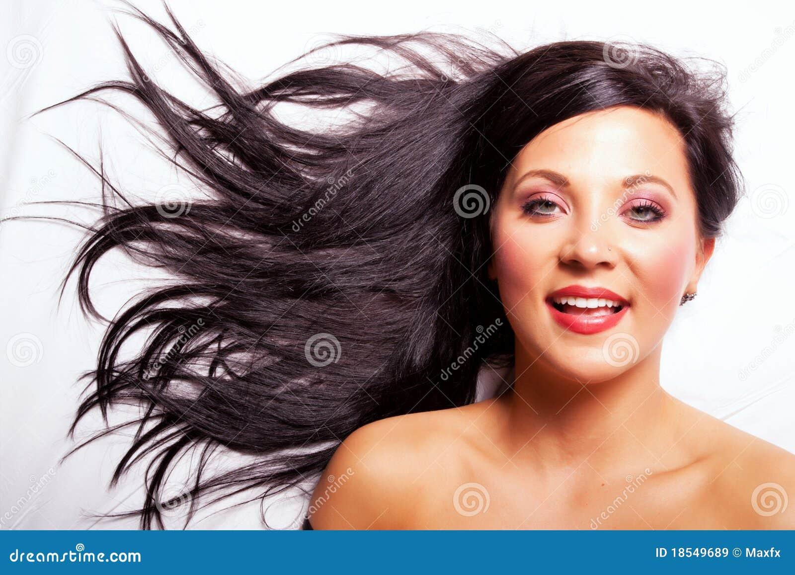 Sorriso bonito da menina do cabelo escuro