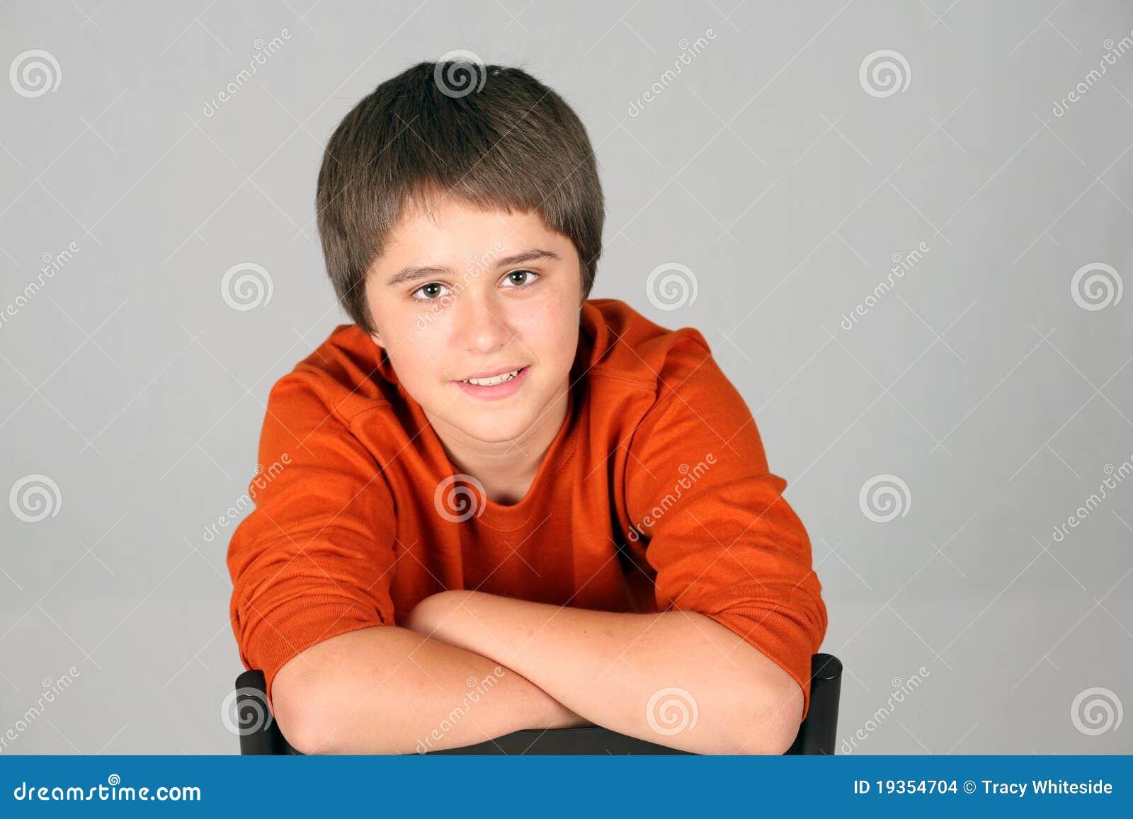 Sorriso caucasiano adolescente novo do menino