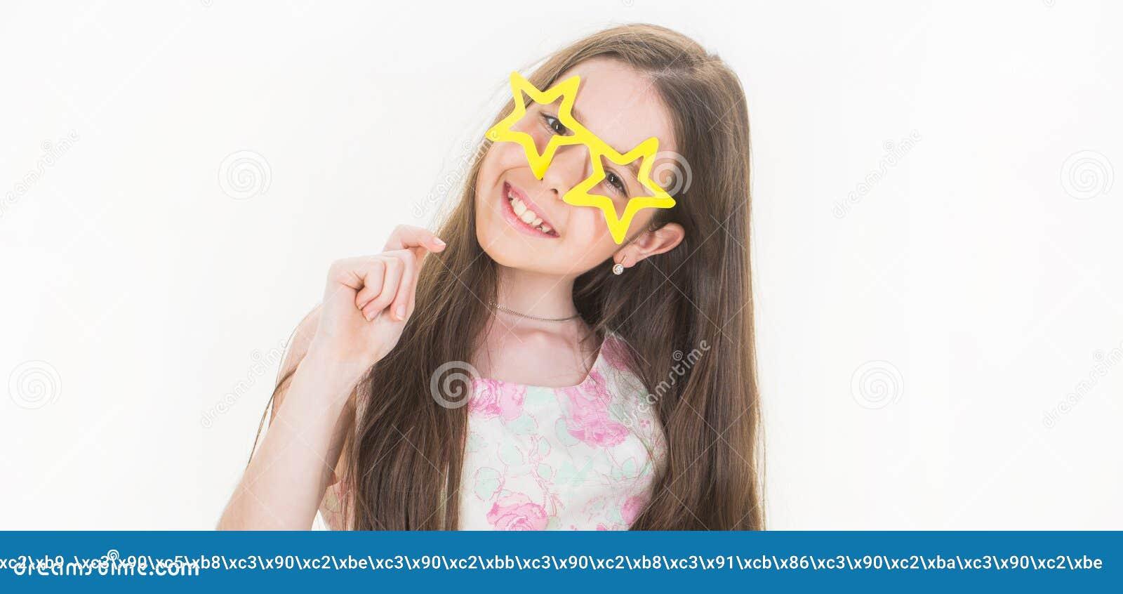 Sorriso da criança Isolado Adolescente feliz bonito Menina do sorriso, vidros, preteen Criança à moda da menina do vestido pequen