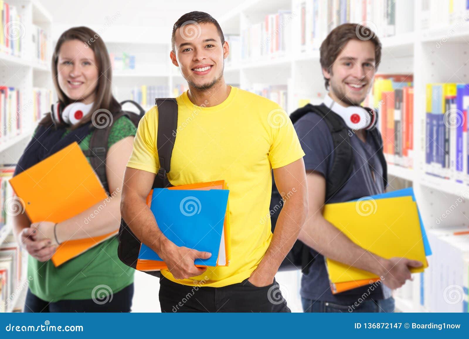 Sorriso da educação da biblioteca dos estudos dos jovens do estudante das estudantes universitário feliz