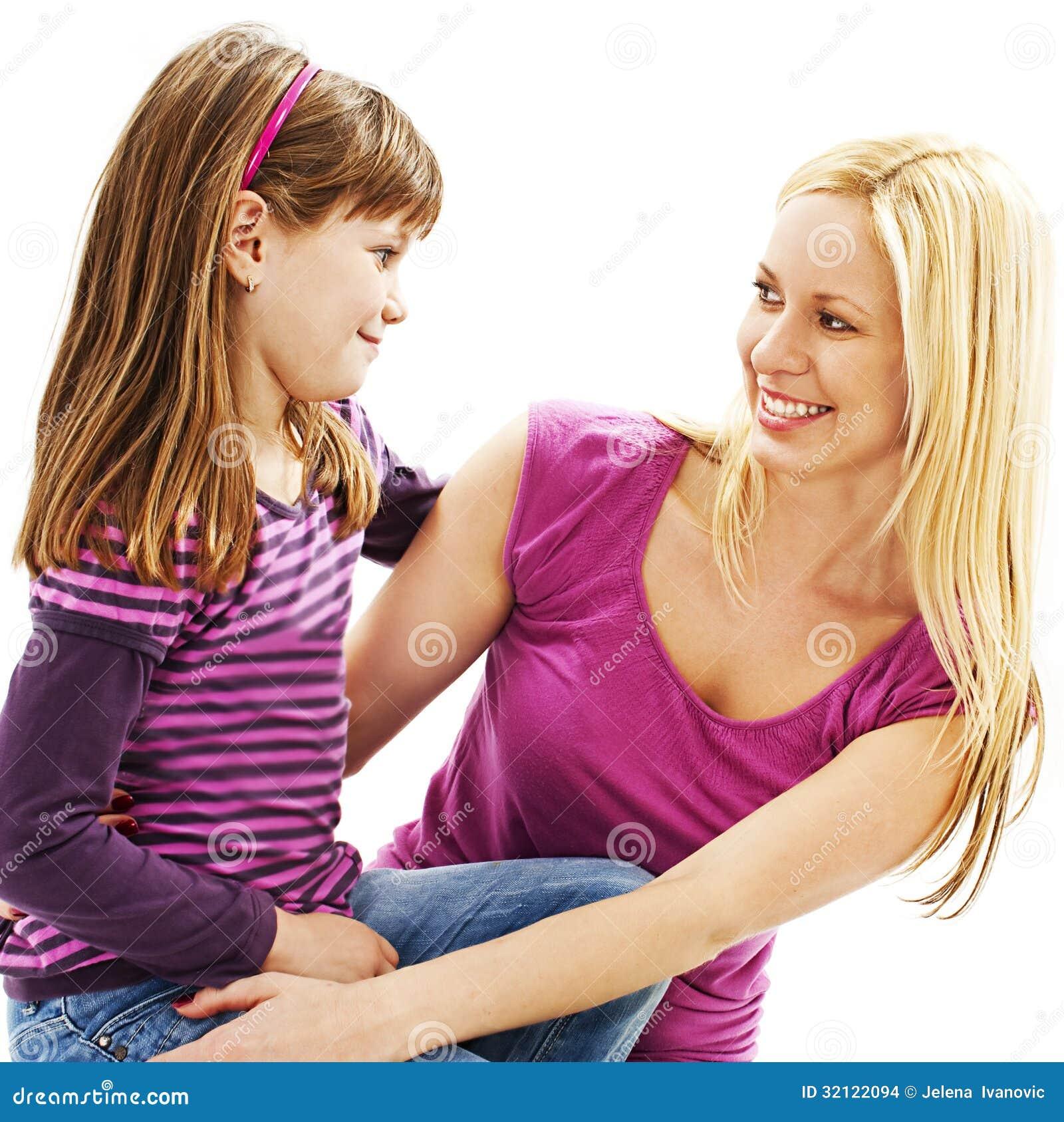 Sorriso da mãe e da filha em se lovingly