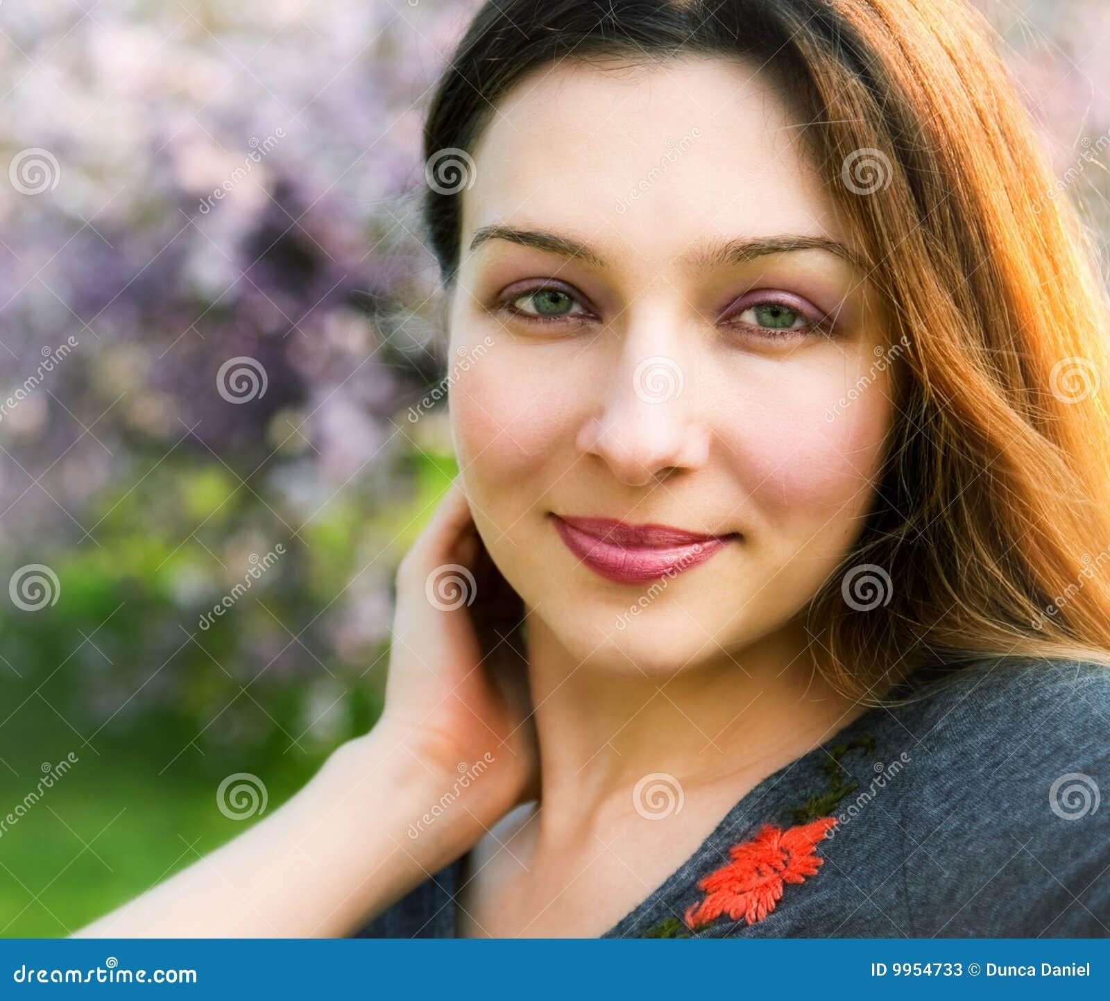 sorriso-da-mulher-bonita-sereno-sensual-
