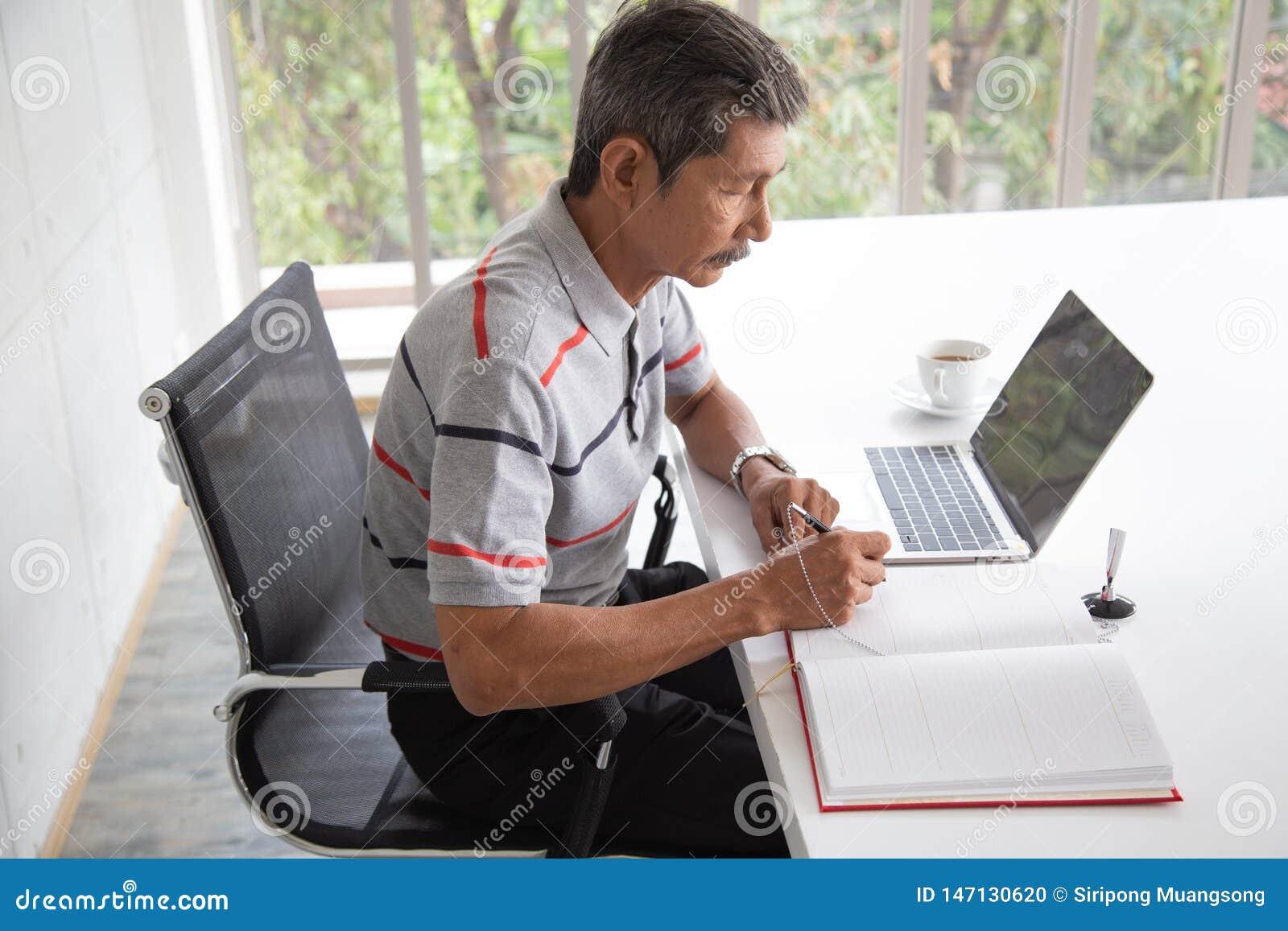 Sorriso dell uomo d affari dell Asia e del segno capitolato d oneri senior dentro