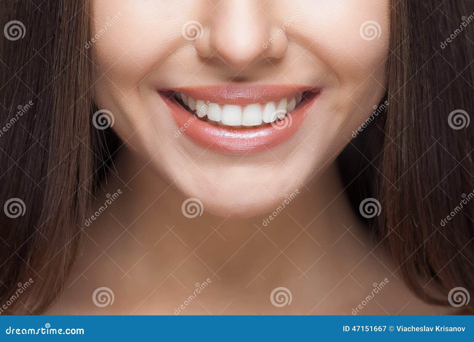 Sorriso della donna denti che imbiancano Cura dentale