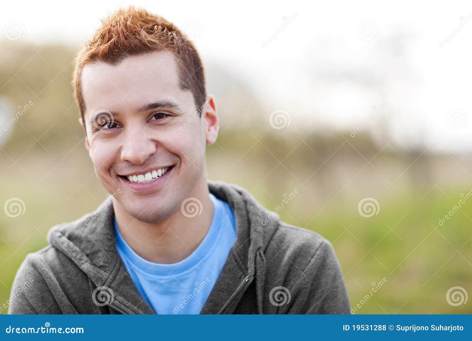 Sorriso do homem da raça misturada