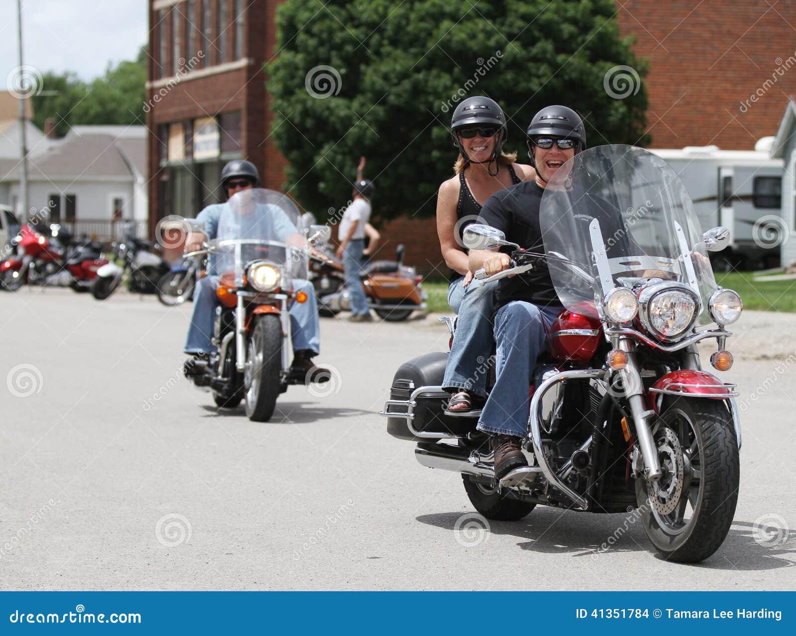 Sorriso dos povos da corrida do pôquer da motocicleta