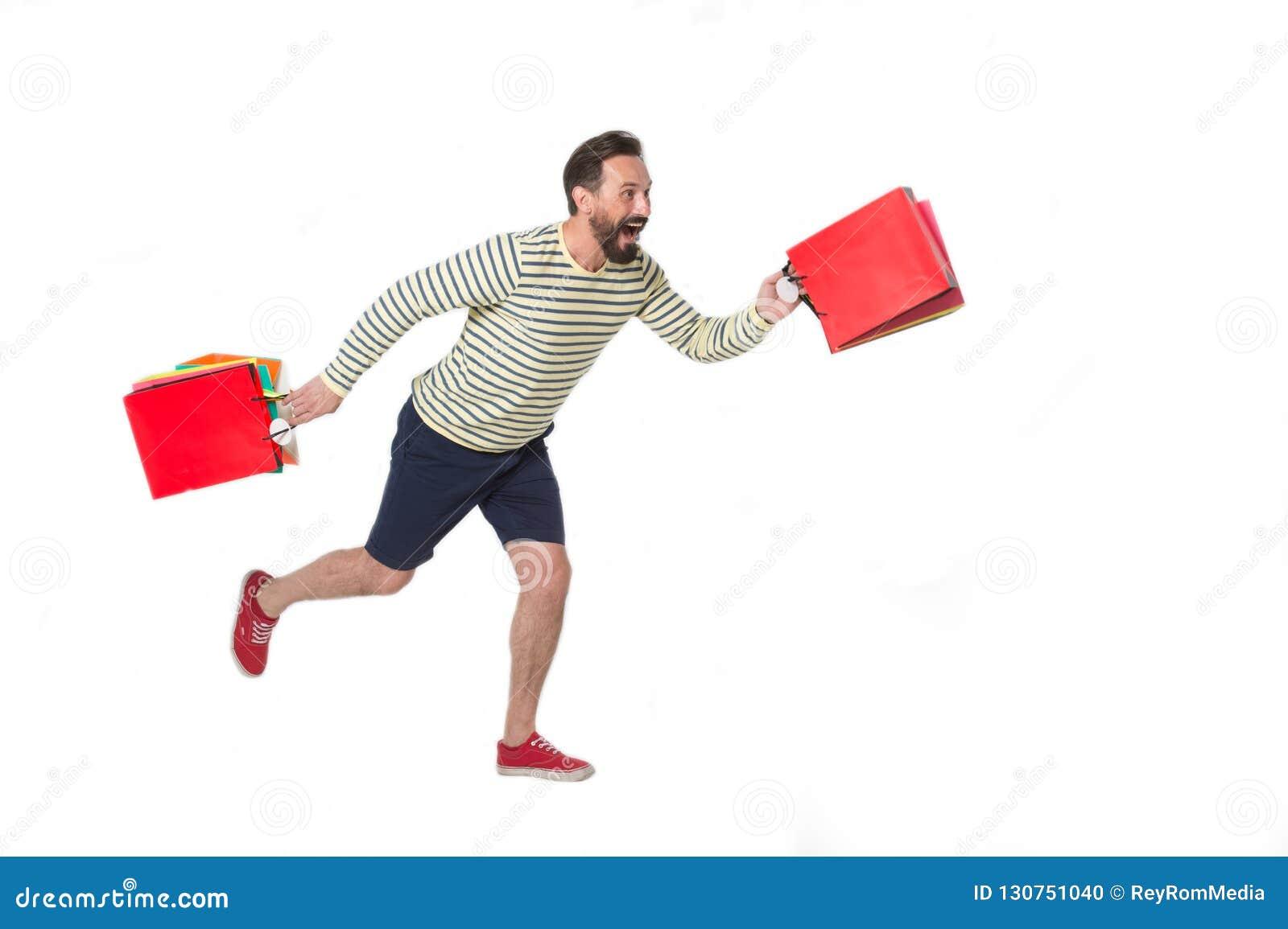 Sorriso e corredor felizes do homem com compras