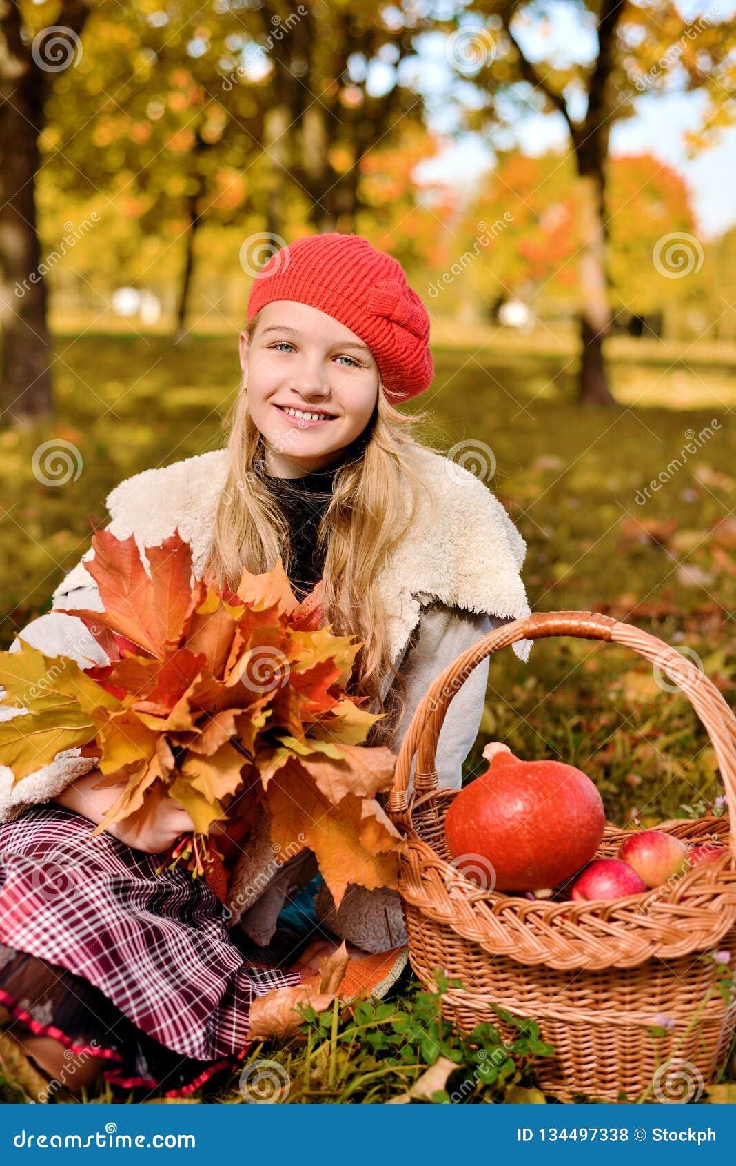 Sorriso feliz do adolescente Retrato do outono da moça bonita no chapéu vermelho