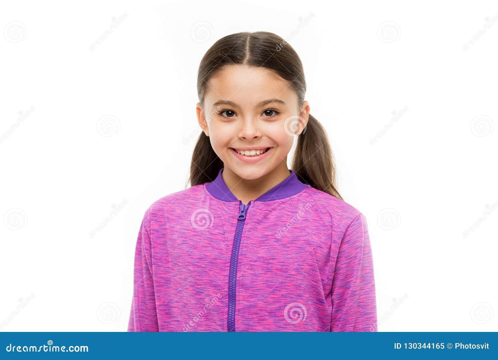 Sorriso feliz do cabelo longo da criança Conceito feliz da infância O que é diferença entre o sorriso falso e sincero Menina boni