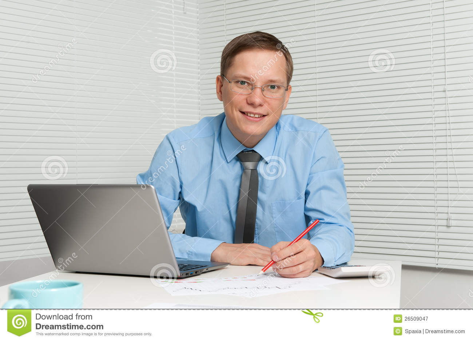 Sorriso novo do homem de negócios