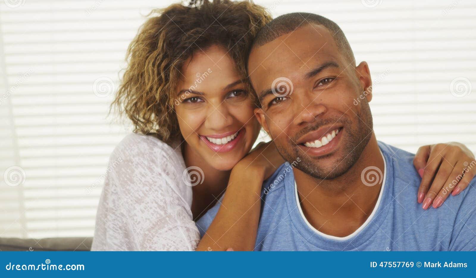 Sorriso preto feliz dos pares