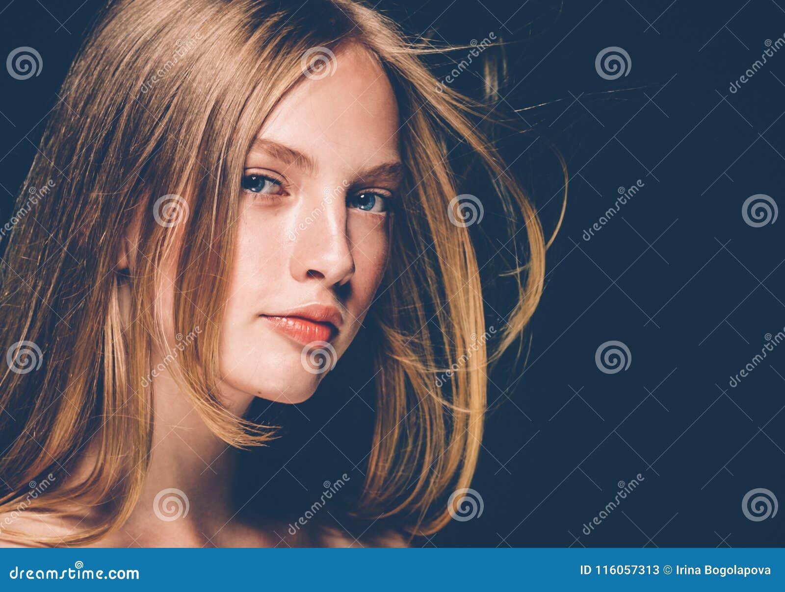 Sorriso sano della pelle di bellezza delle belle labbra rosse bionde della donna Stazione termale b