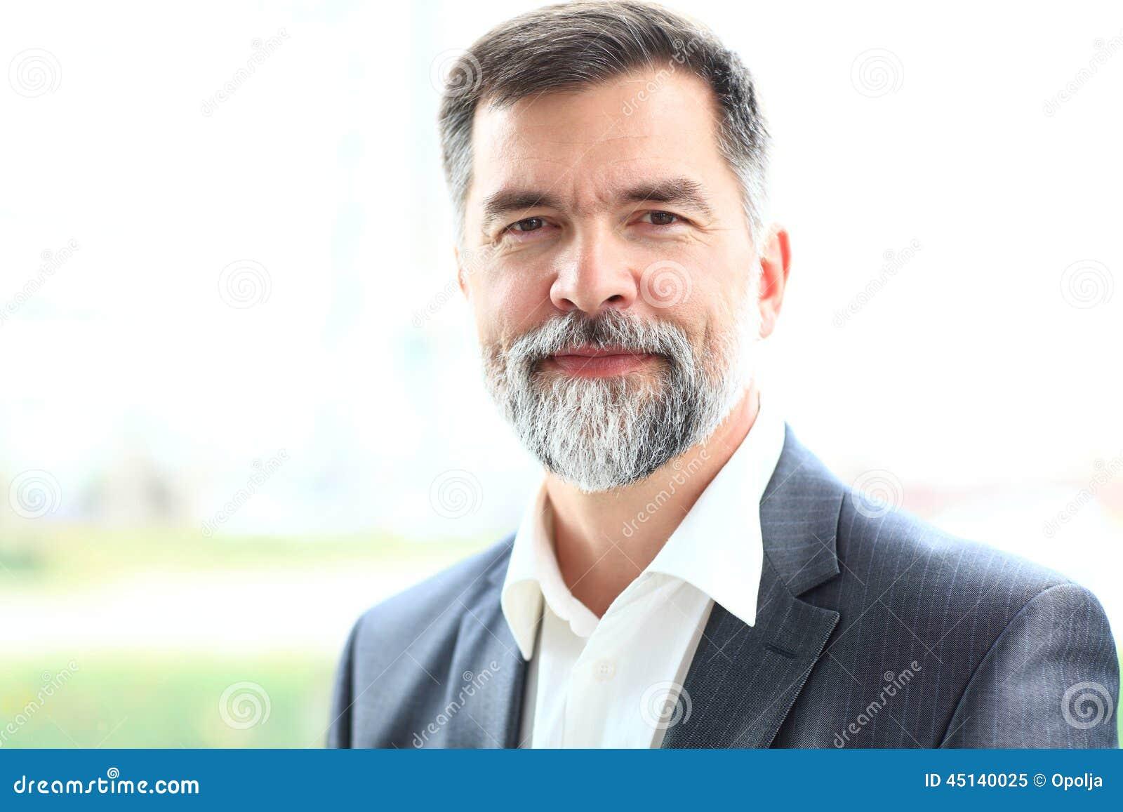Sorriso superior feliz do homem de negócio