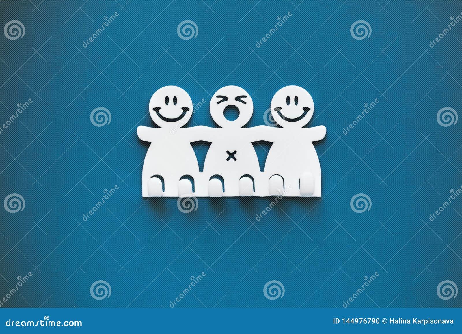 Sorrisos felizes e tristes Figuras pl?sticas brancas no fundo azul