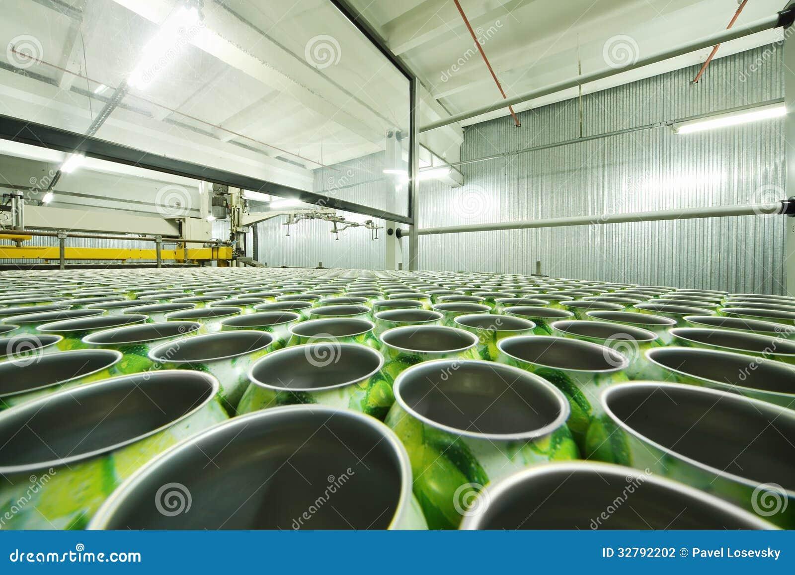 Sort de boîtes en aluminium vertes pour des boissons dans l atelier