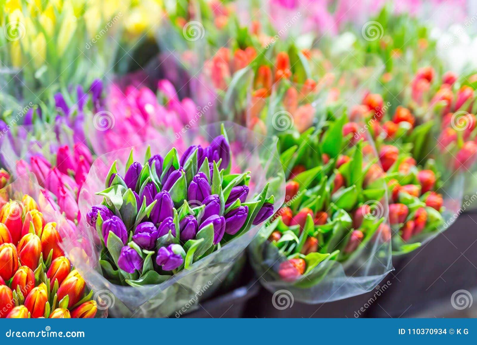 Sort de bouquets multicolores de tulipes Marché ou magasin de fleur Fleuriste en gros et au détail Service de fleuriste Jour de f