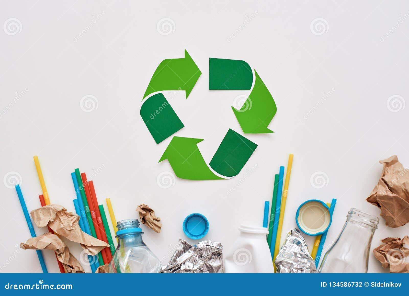 Sortera din avskräde Skrynkla folie, papper och plast-