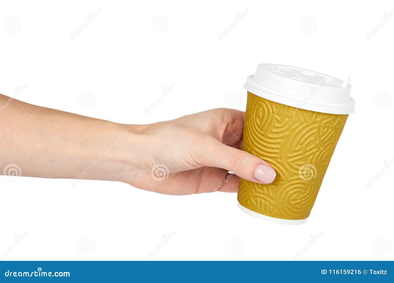 Sortez le café dans la tasse thermo avec la main D isolement sur un fond blanc Récipient jetable, boisson chaude