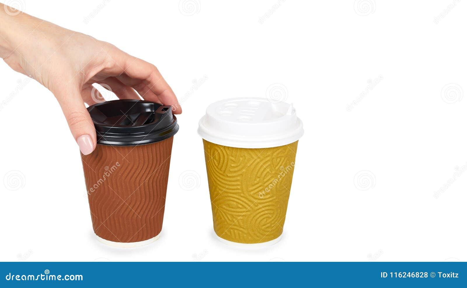 Sortez le café dans la tasse thermo avec la main D isolement sur un fond blanc Récipient jetable, boisson chaude copiez l espace,