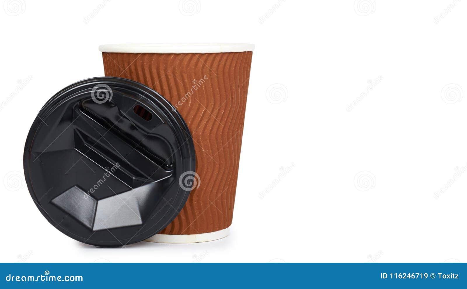Sortez le café dans la tasse thermo D isolement sur un fond blanc Récipient jetable, boisson chaude copiez l espace, calibre