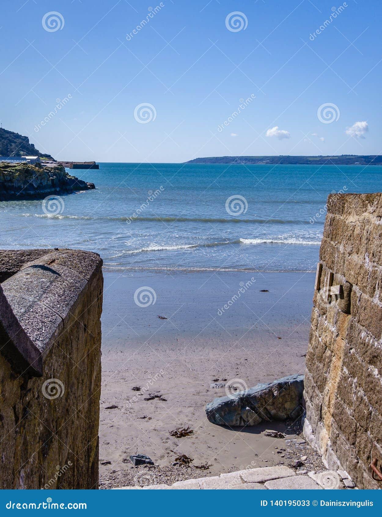 Sortie étroite vers la mer en plage sablonneuse