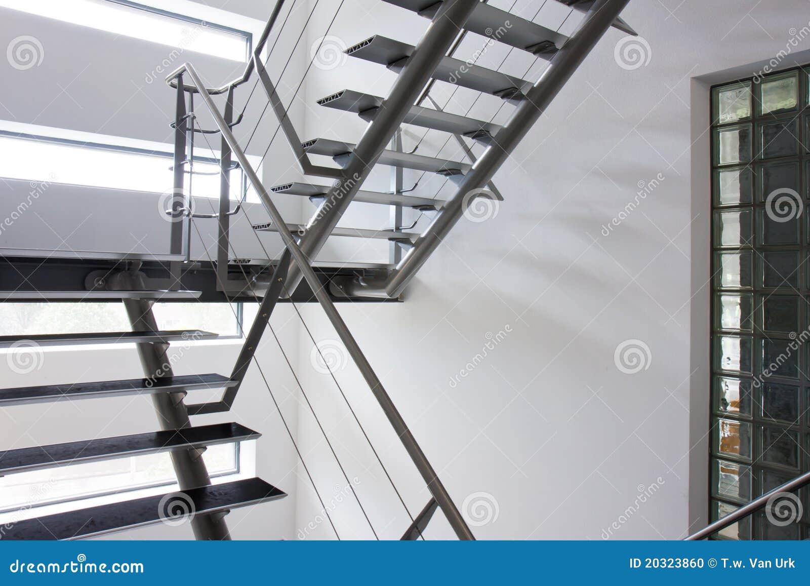 sortie de secours par une cage d 39 escalier dans une. Black Bedroom Furniture Sets. Home Design Ideas