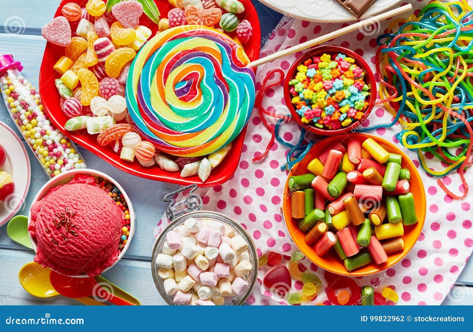 Sortierte, bunte Kinderparteibonbons und Süßigkeit