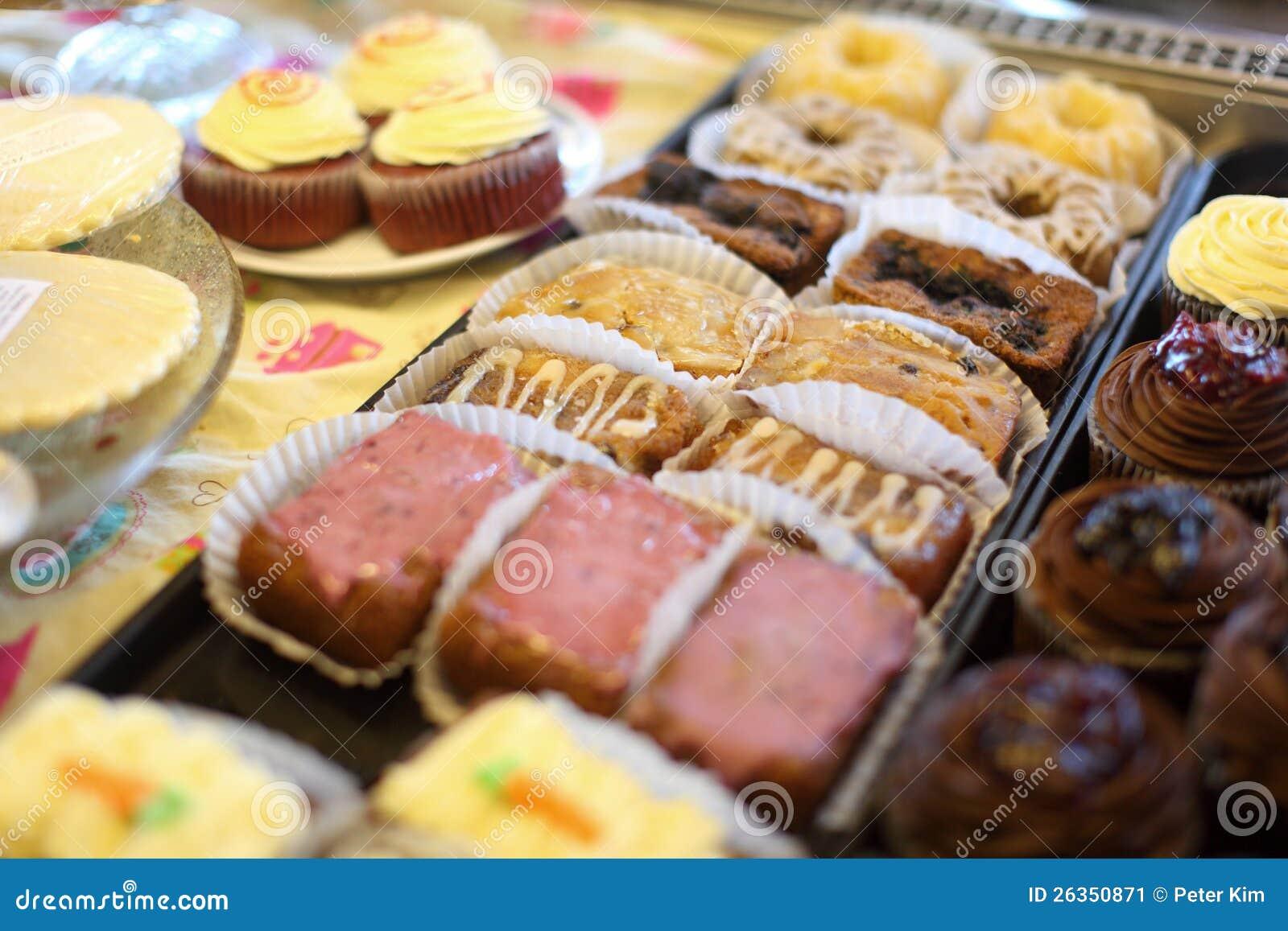 Sortierte Minikuchen und kleine Kuchen