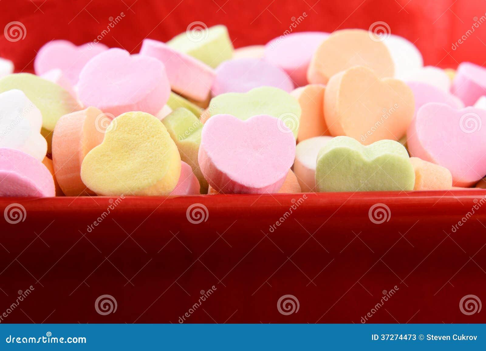 Sortierte Süßigkeits-Herzen in der roten Süßigkeits-Schüssel