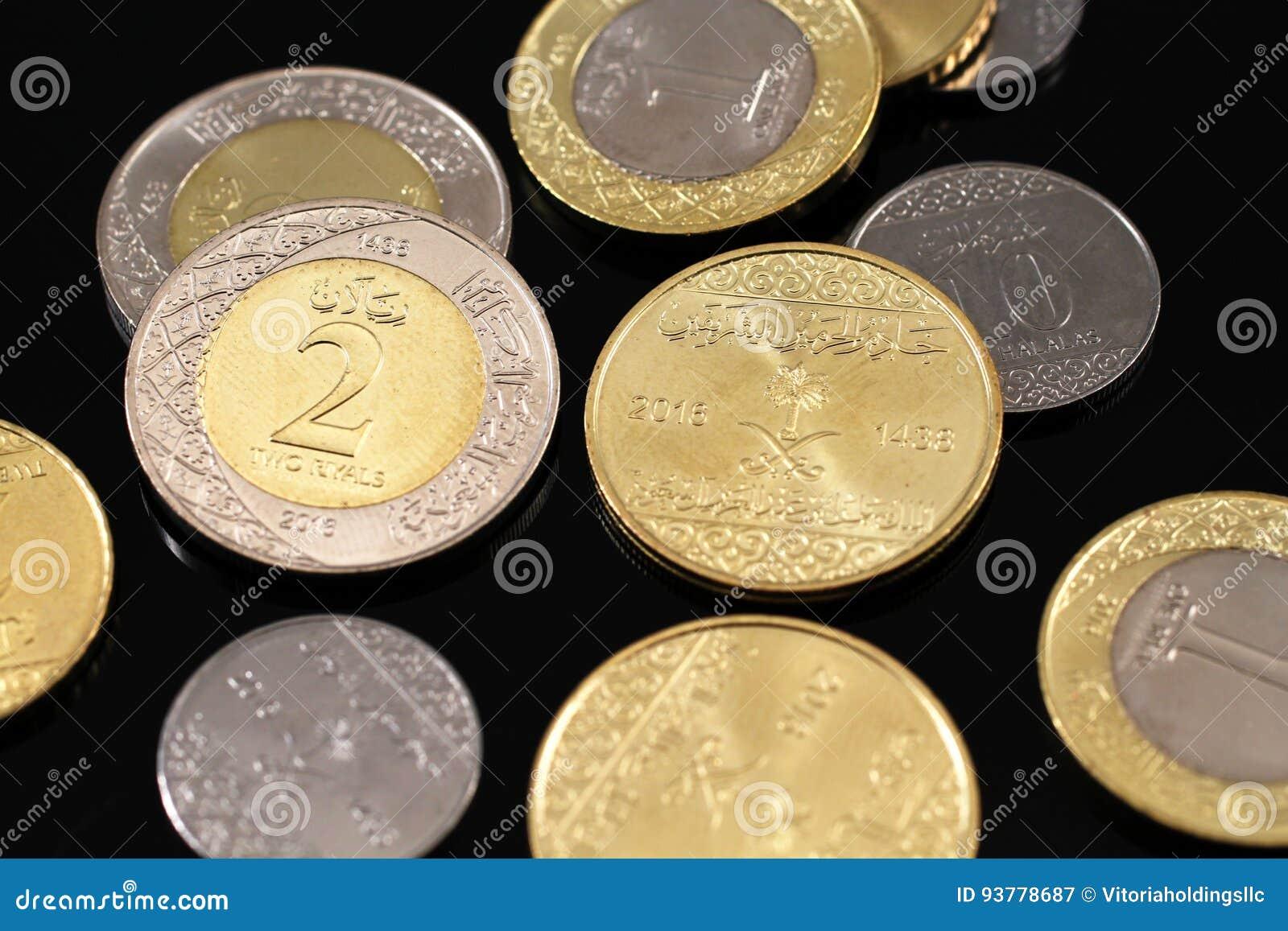 Sortierte Saudi Arabische Münzen Auf Einem Schwarzen Hintergrund