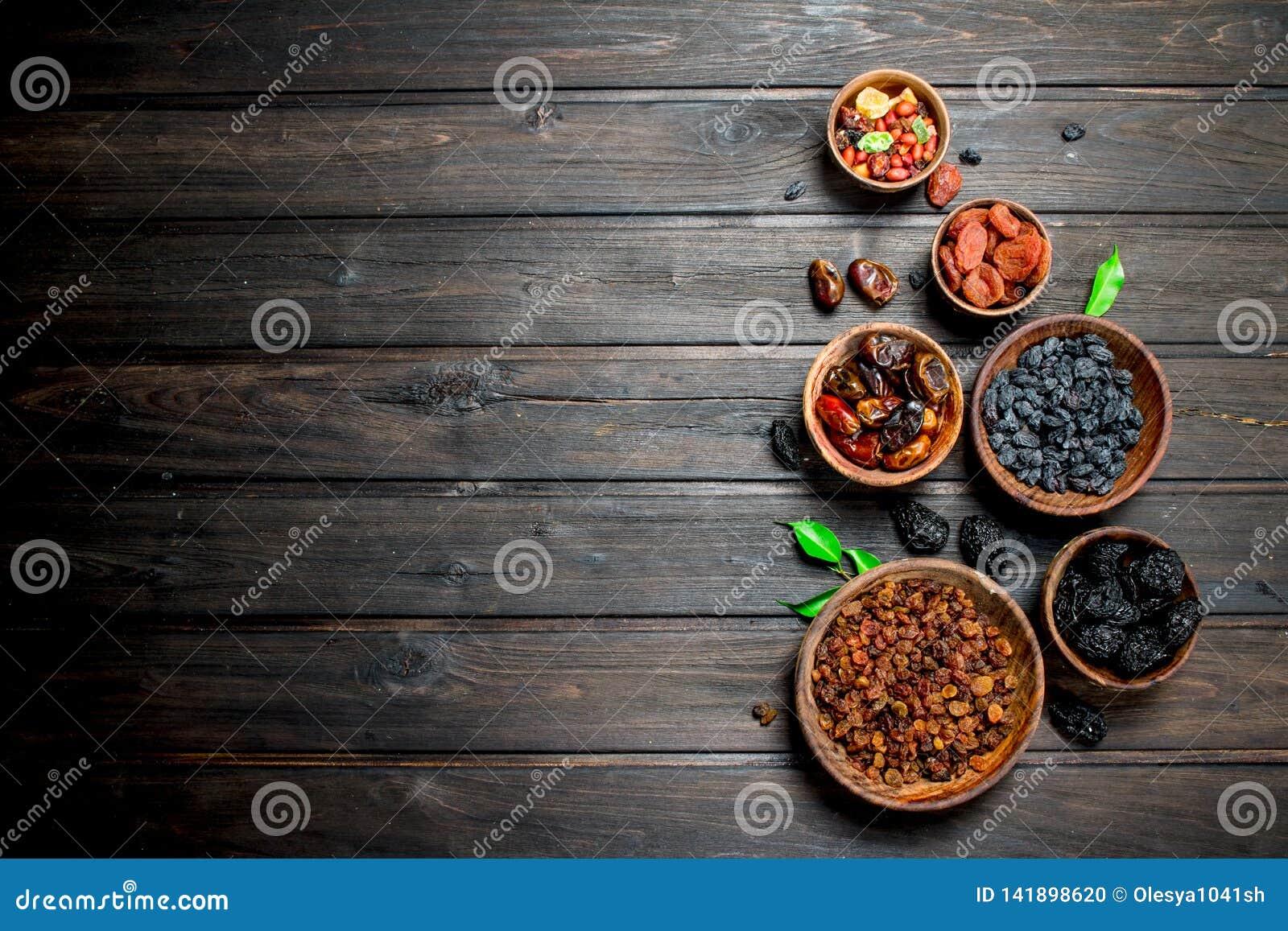 Sortiment av olika sorter av torkade frukter i bunkar