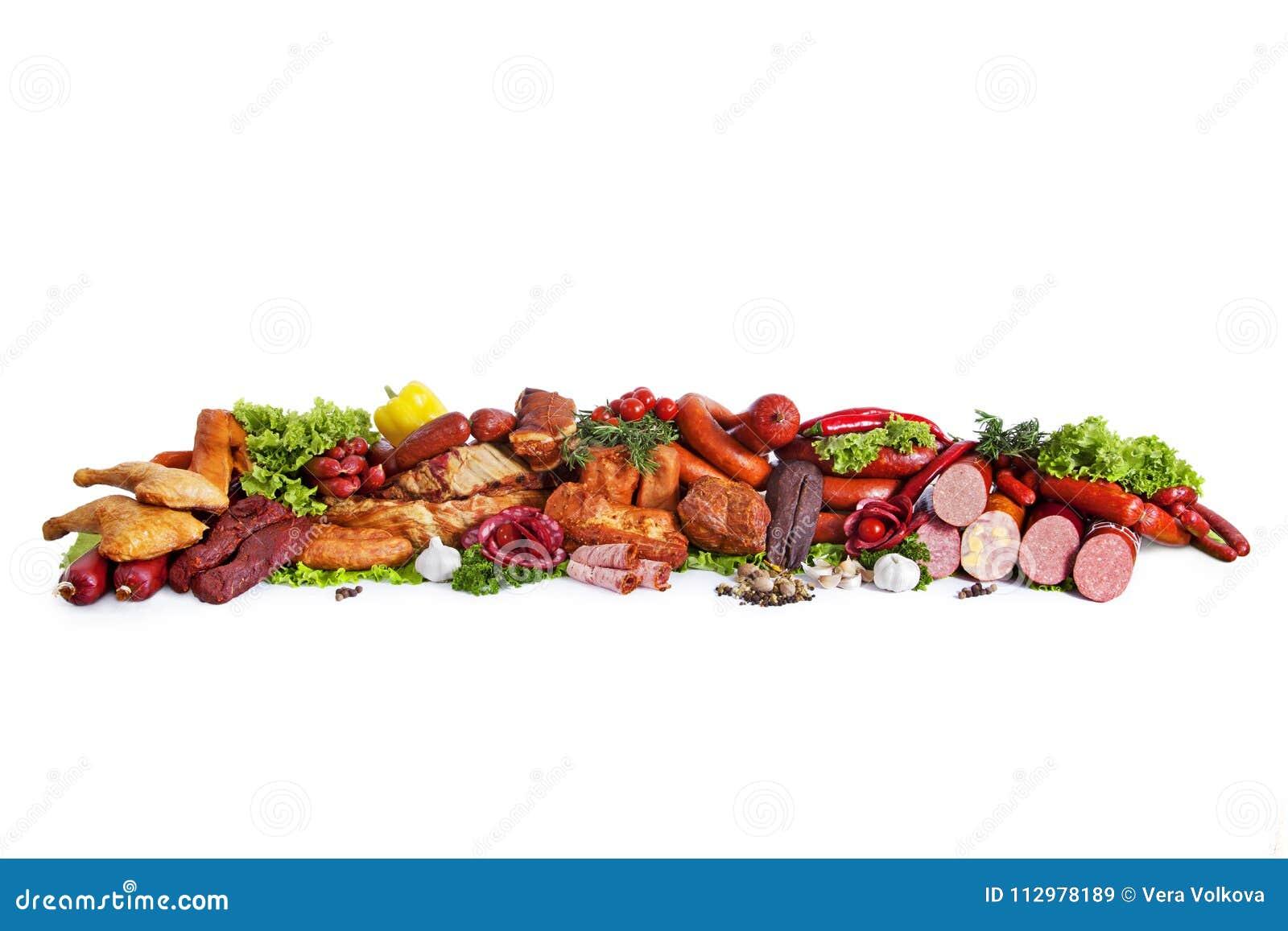 Sortiment av rökte produkter Dekorerat med grönsaker och sidor av grön sallad bakgrund isolerad white